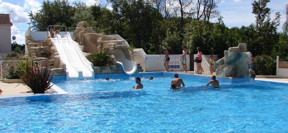 Nagez dans la piscine de notre camping sur Oléron