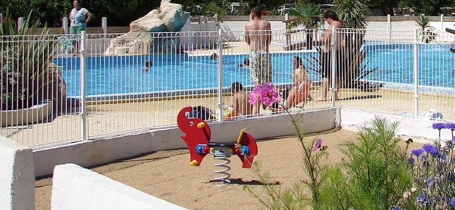 Jeux enfants près de la piscine du camping Oléron