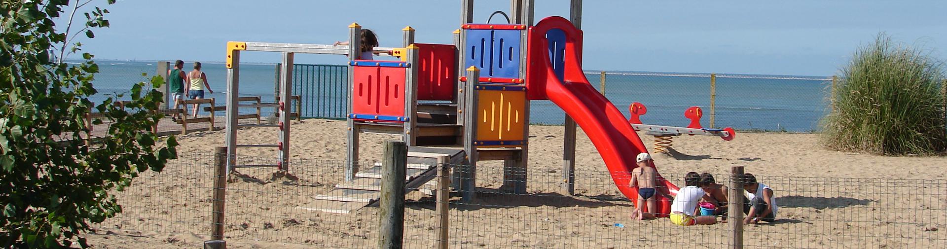 slide-jeux-enfants-camping-oleron-phare-ouest